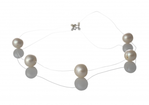 Колие от пет красиви, бели, естествени перли на бижутерска корда