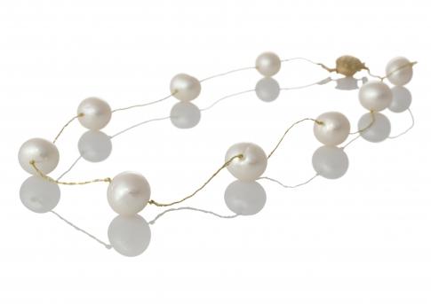 Красиво колие от кръгли бели естествени перли