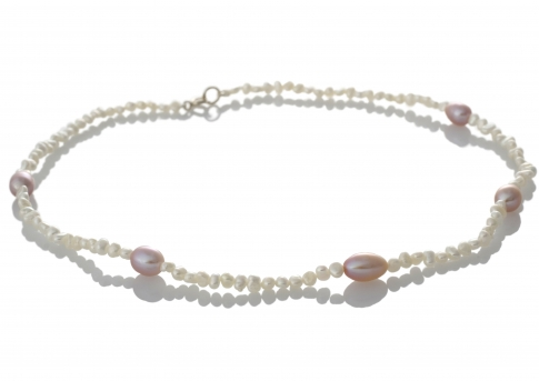 Фино перлено колие от естествени перли с акцент в лилаво