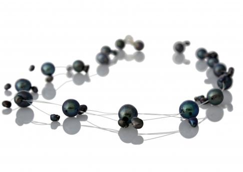 Елегантно колие от едри и дребни, черни, естествени перли