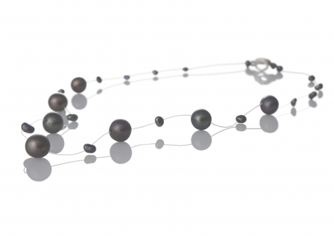Нежно колие от едри и дребни черни естествени перли
