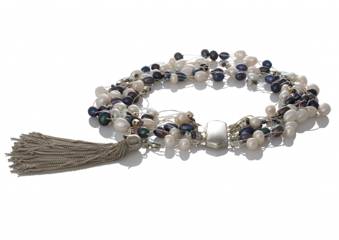 Красиво колие съчетание на бели и черни естествени перли